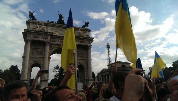 Ukrainians sing the anthem in Milan