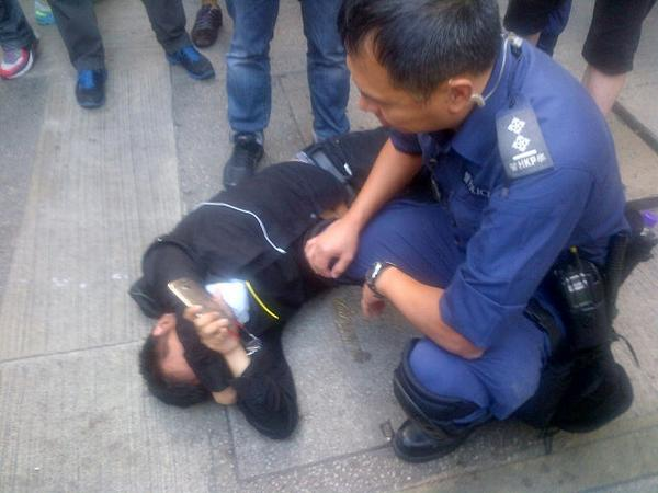 In mongkok, man shouts at police, falls to ground and indicates injury when police start carrying him away