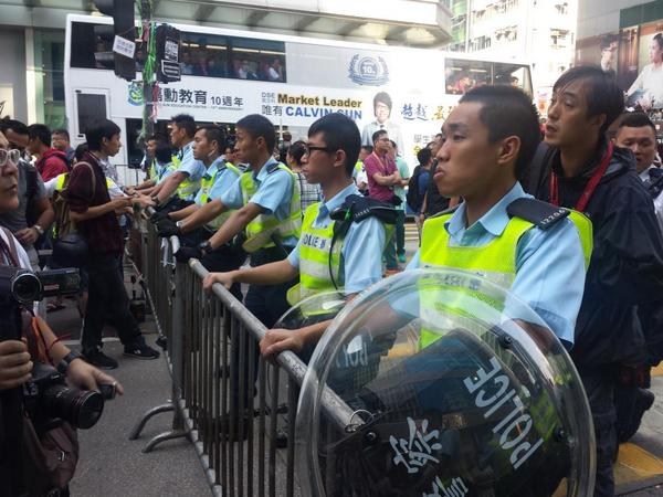 Police in Mong Kok have now erected their own barricades in front of remaining protesters on road