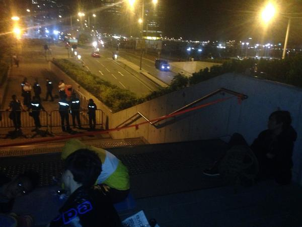 345am and crowd almost gone fm Lung Wo Road. On other side of tunnel police, students having friendly chat.