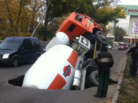 Mixer fell into the ground in Voronezh