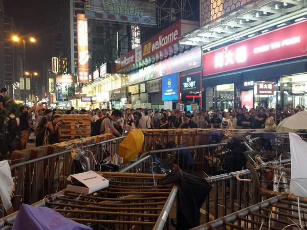 Nathan/Dundas strt crossing: barricades construction at work