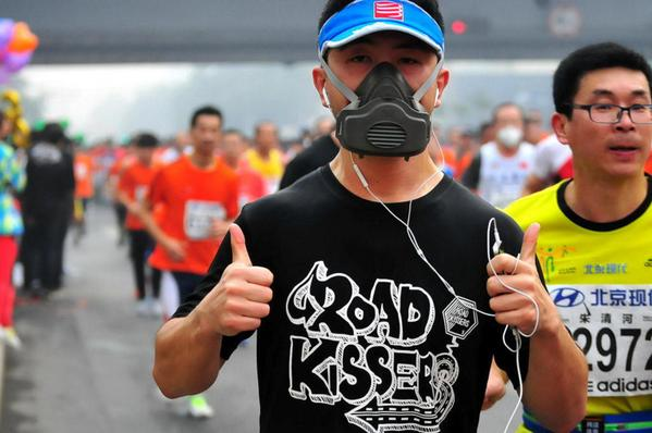 Runners wear masks as smog hits Beijing marathon