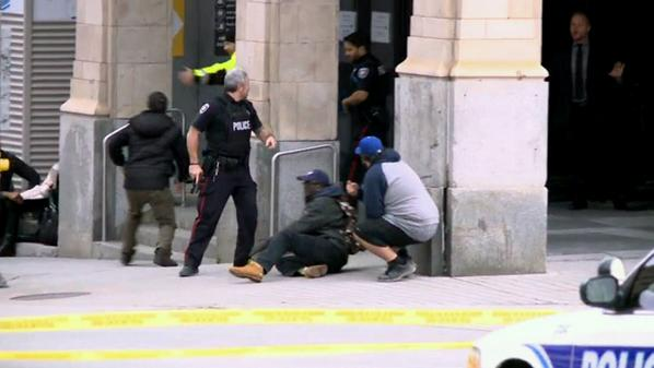Extended: Guns raised, officers rush towards the Rideau Centre