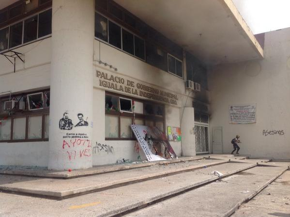 Teachers and students burned the Municipal Palace (City Hall) in Iguala, Guerrero. Mexico