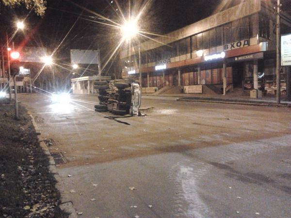 Tank crashed into ZIl truck in Donetsk