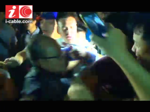 Reporter attacked by anti-occupyers. Man in blue followed him, yelled Traitor! then shook hands w police