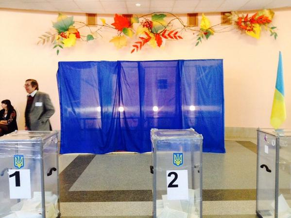 Voting in Krasnoarmiisk near front line in Ukraine Officials say expect only 30% turnout. Last time, nearly 100%.