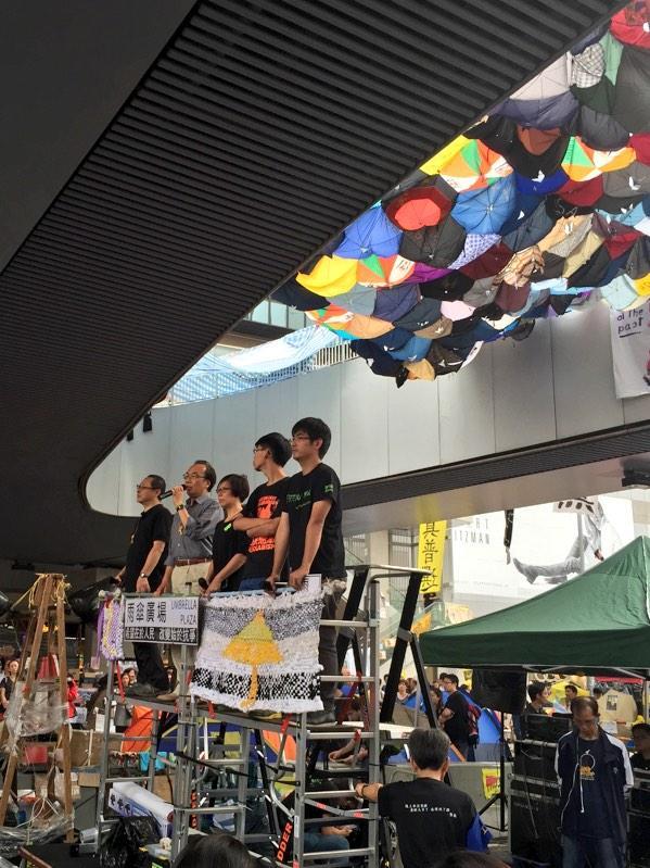 Post press conf, the five representatives are now explaining the vote cancellation to the crowd in Umbrella Square