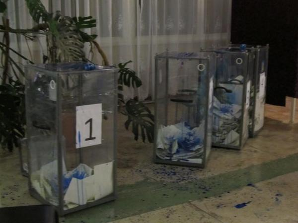 In Dnipropetrovsk Thugs poured ink in the ballot box