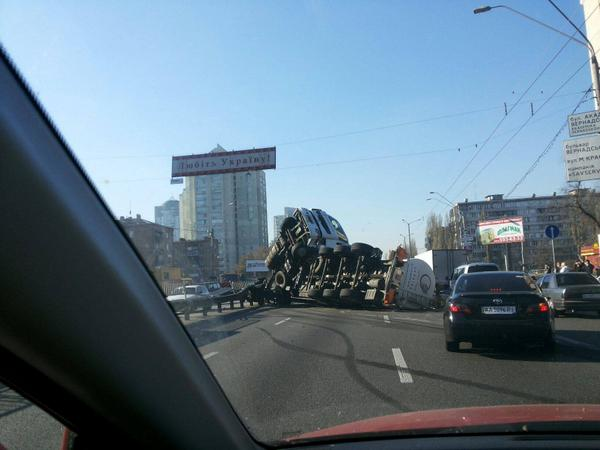 Tanker truck overturned in Kyiv