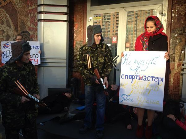 Flash-mob near Russian sports store in Kyiv: separatists killed protestors w/guns financed by Russians