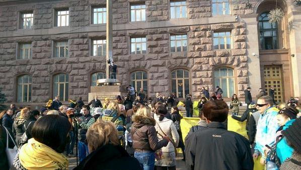 Outside of Kyiv city admin ppl ask to investigate arson, rebuild Zhovten cinema