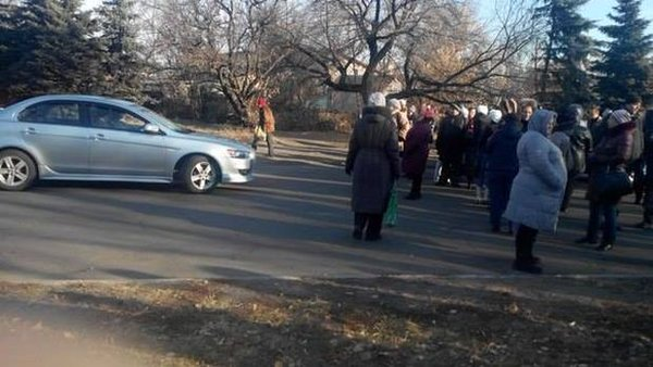 Residents of Makiivka blocked the road in protest against DNR