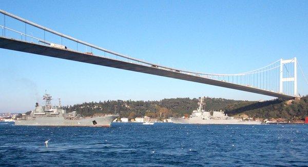 USS Ross 71 met the Russian Novocherkassk 142 in the middle of the Bosphorus