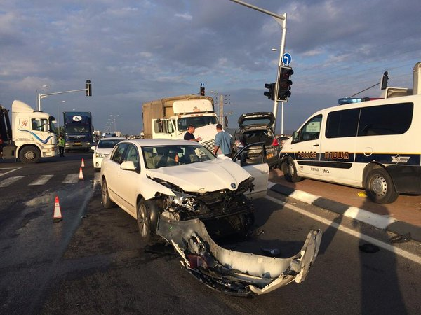 Serious MVA in Shomron moments ago, 2 dead Israeli and Palestinian, emergency units on scene.