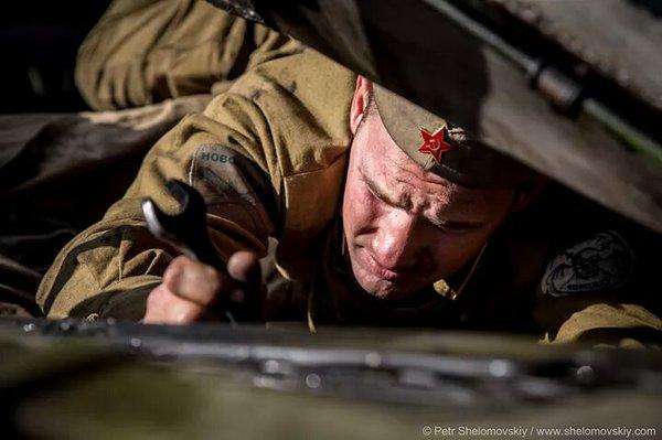 Militant fighter in old Soviet uniform repairing T64 tank of Oplot rebel unit in Starobeshevo,  Donetsk rgn