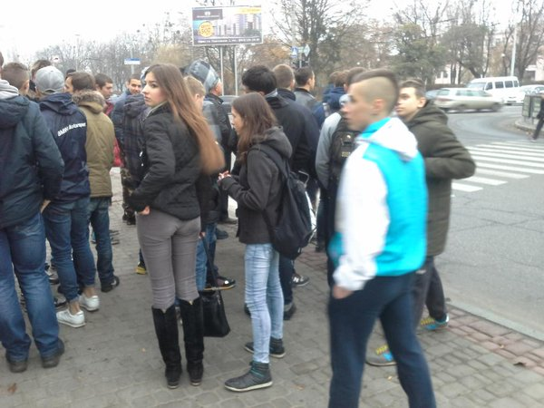 The crowd of patriots moves in the direction of the Theatre, where Communists spotted