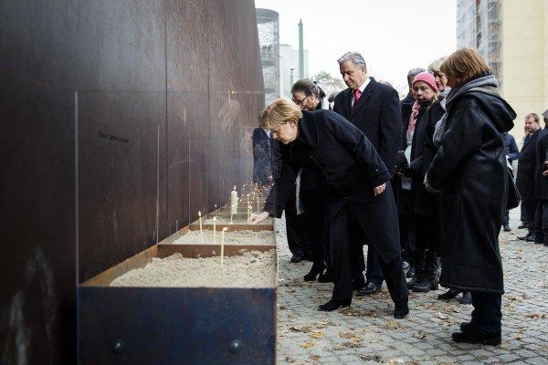 Chancellor Merkel during commemoration ceremony for fallofthewall25 at BerlinWall memorial MT @RegSprecher fotw25