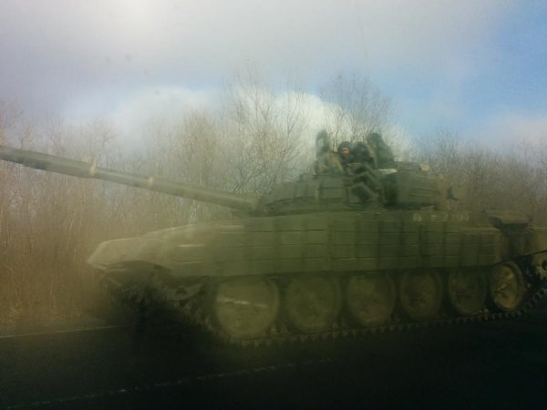 5 tanks spotted heading west out of Shakhtarsk, 2 APCs flying Russian flag following close behind ukraine