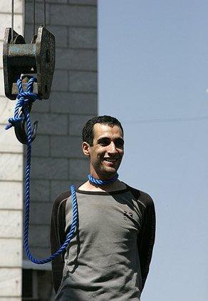 Kurdish activist Husein Kavousifar executed by Islamic Rep Iran. He saw his daughter watching him & gave her a smile