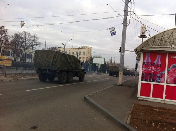 Luhansk, seen at 11am : a column of 15 trucks without license plate. Tagged in the name of the battalion Zarya