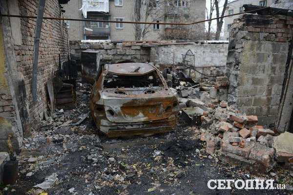 The area near the Donetsk airport: burnt house and studded with shards yards