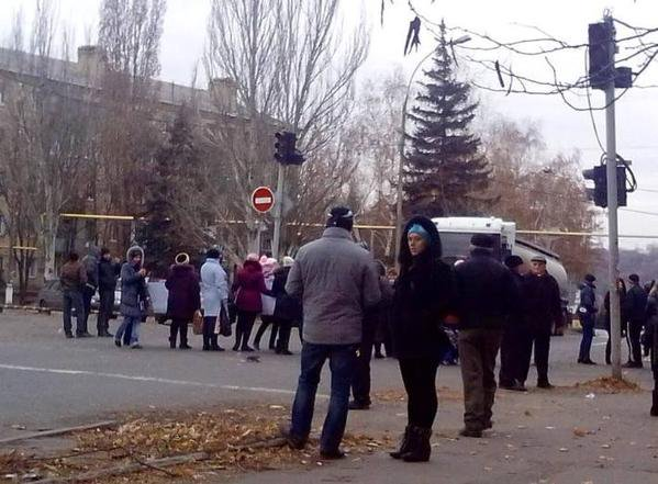 In Makiivka and Torez residents blocked the road and demand money