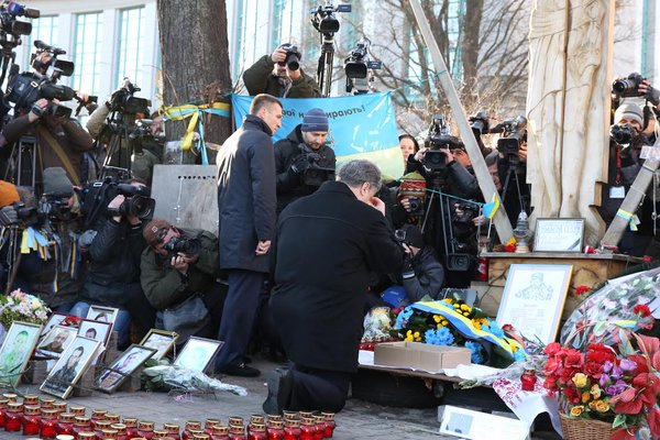 The head of state laid flowers at the memorial cross and lit a candle in memory of the fallen Heroes of the Heavens Hundreds