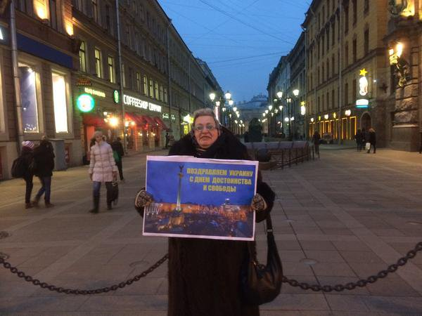 Lonely Russian woman on the street in St. Petersburg congratulates Ukraine with 1. anniversary of the Maidan