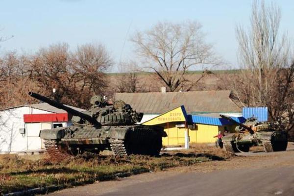 Russia T-72 tanks & vehicles in Novoazovsk near Mariupol Ukraine