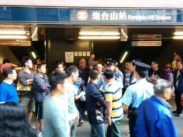 People surrounding anti OccpuyHK thugs disrupting UmbrellaMovement