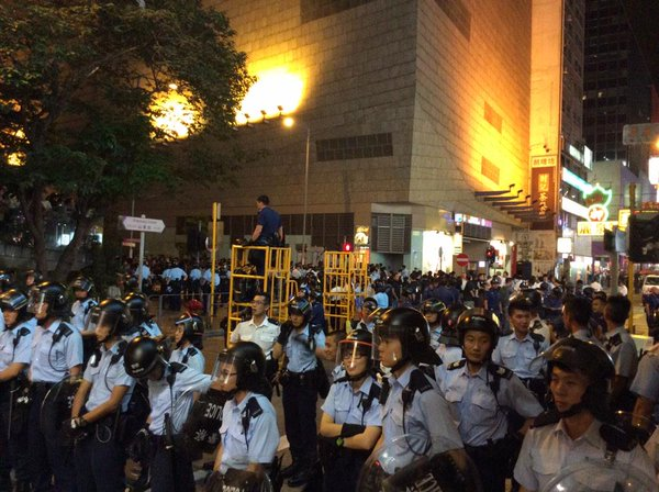 Cops hold Shantung/Shanghai junction on all sides now. Lots watching from above. OccupyHK UmbrellaRevolution