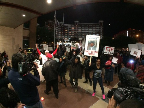 Protestor against police-invovled shootings approach front door of @DallasPD chant black lives matter. Ferguson