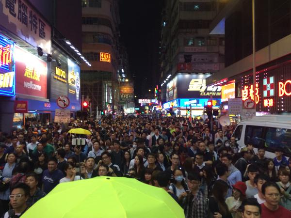 Huge mass filing towards Nathan Road now. Happening at another side street as well OccupyHK