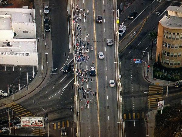 LAPD orders Ferguson protesters in Los Angeles to stay on sidewalk or face arrest/citation