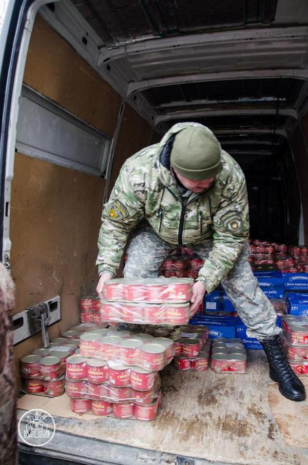 Patriarch of Kyiv handed Ukrainian soldiers in the Donbass region 4000 cans of food.