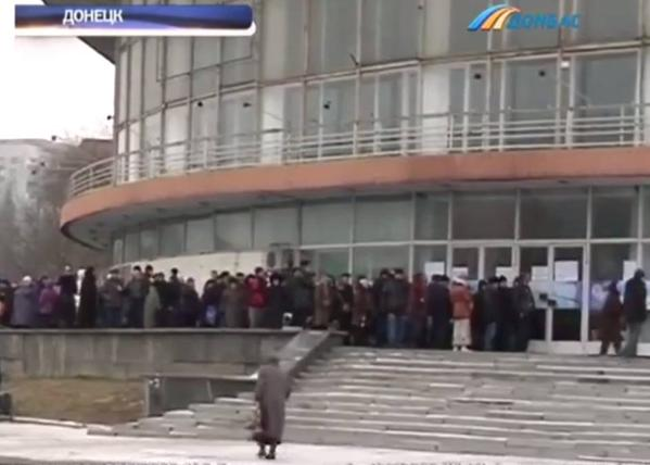 Queuing for food aid in Donetsk, reportedly provided by Akhmetov