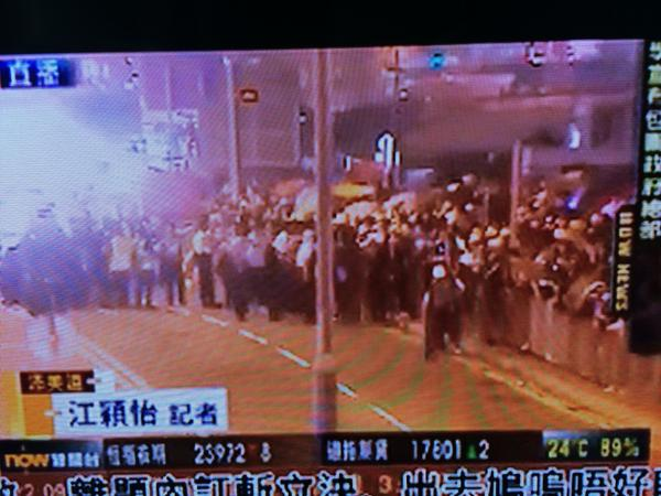 Lung Wo Rd eastbound traffic stopped with hundreds of OccupyHK protestors rushed onto road