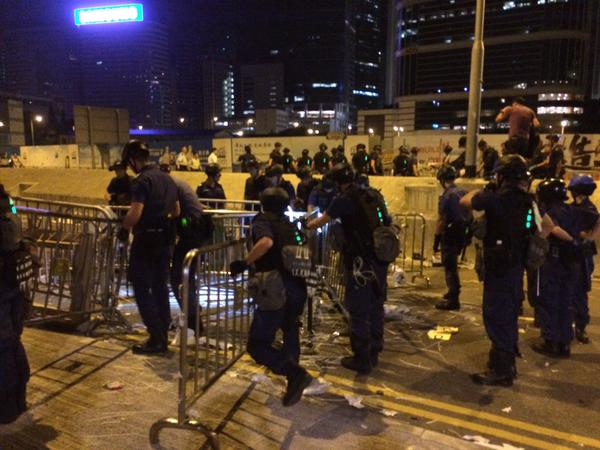 Police dismantle Lung Wo barricades
