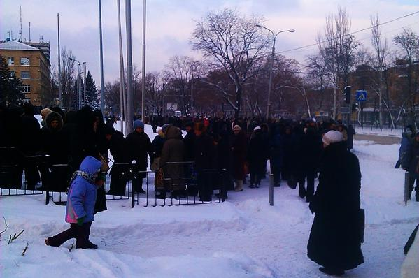 Donetsk, the queue for tickets for the humanitarian aid from Akhmetov