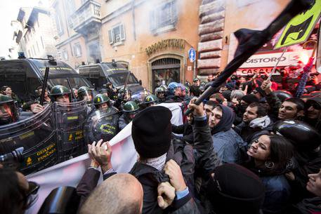 Italy Rome: Three protesters injured after police charge at NoJobsAct Demo