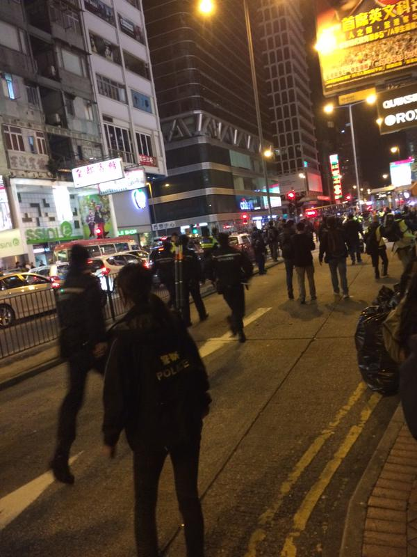 Police literally running around argyle, crowds chanting. 9wu umhk