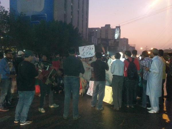 Latest from shara e Faisal. PTI KHI workers have blocked both roads to protest against the brutal killing in FSD