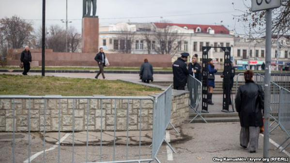 Occupation police surround the center of Simferopol