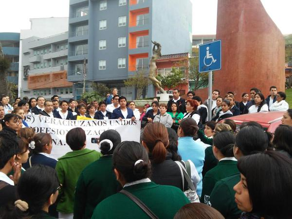 Nurses protest in Xalapa to decree of @EPN YaMeCanse2