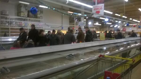 Donetsk shops resume to accept credit cards - huge queues now