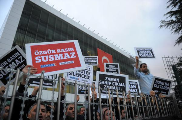 Turkish journalists detained in police raids