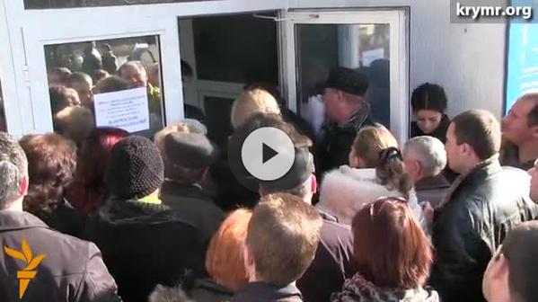 Residents of Simferopol  standing in line at the Revenue Service every morning