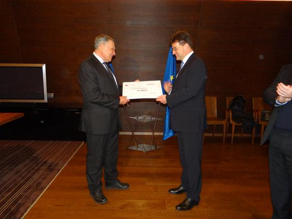Slovakia continues to aid Ukraine. Handed over €75K (of €800K+ this y) to RedCross for people in conflict East/UA.